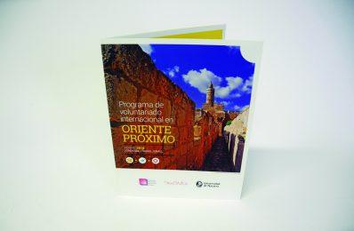 Un verano internacional con el folleto elaborado por Calle Mayor para la Universidad de Navarra